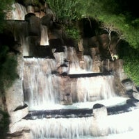 Foto tirada no(a) Wynn Waterfall por Meg D. em 10/20/2012