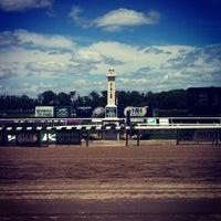 Das Foto wurde bei Belmont Park Racetrack von Frederic B. am 5/26/2013 aufgenommen