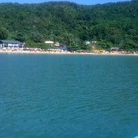 Photo taken at Praia de Laranjeiras by Adriann E. on 4/14/2013