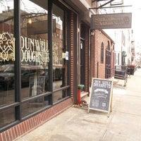 รูปภาพถ่ายที่ Dun-Well Doughnuts โดย Hiromi F. เมื่อ 3/2/2013