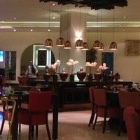 Das Foto wurde bei Shababik Restaurant von Ruwaida A. am 11/19/2014 aufgenommen