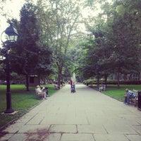 Foto tirada no(a) Washington Square por Kondratiev K. em 9/21/2012