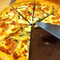 Снимок сделан в Pizza Hut пользователем Andrew K. 2/25/2013