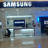 Photo taken at Samsung mobile by Didie K. on 8/14/2013