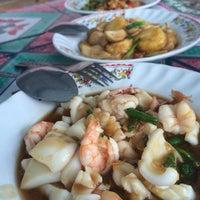 Photo taken at อาหารตามสั่งพี่โบว์@หออรุณกาญจน์ by Ploii Pannaree on 9/20/2014
