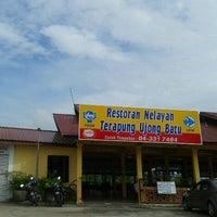 Photo taken at Restoran Nelayan Terapung Ujung Batu by Aris P. on 1/25/2013