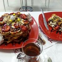 รูปภาพถ่ายที่ Waffle Aşkı Plus CAFE โดย Sefika E. เมื่อ 4/19/2014