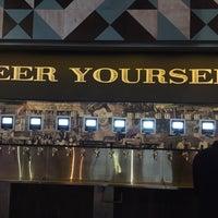Foto diambil di Randolph Beer DUMBO oleh Myhong C. pada 12/10/2017