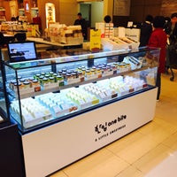 Photo taken at Shinsegae Department Store Food Hall by Mai on 3/23/2017