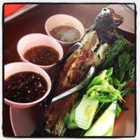 Photo taken at ร้านเจ้าปลุกปลาเผา by YungYing C. on 7/21/2013