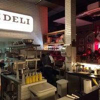 Foto tirada no(a) Z Deli Sandwich Shop por Raquel M. em 5/30/2015
