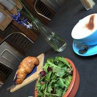 Das Foto wurde bei Father Carpenter Coffee Brewers von Karina K. am 9/8/2015 aufgenommen