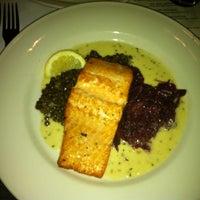 Das Foto wurde bei Clyde's Tower Oaks Lodge von Ricardo f. am 10/9/2012 aufgenommen
