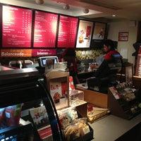 Foto tomada en Starbucks por Jorge A. C. el 12/22/2012