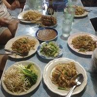 Photo taken at เล็กผัดไท by Chiyz W. on 10/15/2013