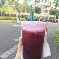 Foto tirada no(a) Starbucks por Lupita V. em 9/25/2017