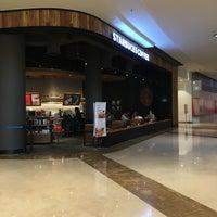 Foto tomada en Starbucks por Lupita V. el 12/18/2016