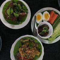 Photo taken at ร้านอาหารพื้นเมือง ข้าวอุ่น Northern Thai Cuisine by Giftsy H. on 4/7/2015