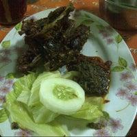 Photo taken at Bebek Goreng Surabaya Ibu Sutami by Irene R. on 6/15/2013