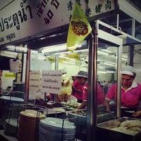 Photo taken at Kai Ton Pratunam (Go Arng) by Maki on 1/27/2013
