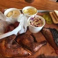 Das Foto wurde bei Pinkerton's Barbecue von Shelby H. am 3/11/2017 aufgenommen