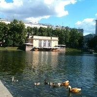 Foto tirada no(a) Patriarshiye Ponds por Rustam em 6/19/2013