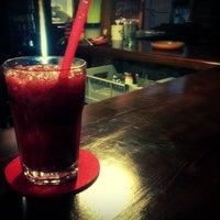7/29/2013 tarihinde Serdar N.ziyaretçi tarafından Hideaway Bar & Cafe'de çekilen fotoğraf