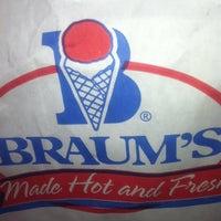 Das Foto wurde bei Braum's Ice Cream & Dairy Store von Nina V. am 3/10/2013 aufgenommen