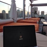 6/17/2013 tarihinde sv H.ziyaretçi tarafından Andaz Rooftop Lounge'de çekilen fotoğraf