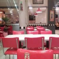 Foto tirada no(a) Cadilac American Burger por Fernando M. em 5/26/2013