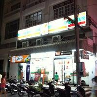 Photo taken at 7-Eleven (เซเว่น อีเลฟเว่น) by Wut K. on 7/17/2011
