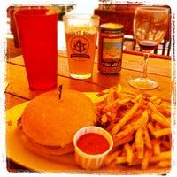 Foto tomada en The Blue Dog Beer Tavern por Joann K. el 5/11/2013