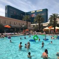 Foto scattata a MGM Grand Pool da Liz O. il 3/31/2018