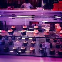 Das Foto wurde bei Red Velvet Cupcakery von Nadine A. am 2/16/2013 aufgenommen