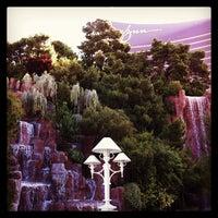 Foto tirada no(a) Wynn Waterfall por Lauren Reed F. em 4/30/2013