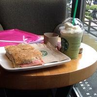 Foto tomada en Starbucks por Kat G. el 11/23/2012