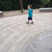 Das Foto wurde bei Crystal Palace Park Maze von Elizabeth G. am 6/15/2014 aufgenommen