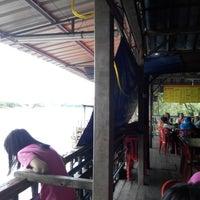 Photo taken at Arfa Batik Seafood Restaurant by Mohd khairul I. on 12/25/2014