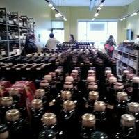 Photo prise au Bottles & Cans par Shaun R. le10/20/2012