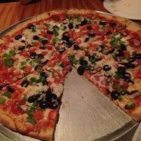 Foto tomada en Garage Pizza por Monica H. el 5/27/2013
