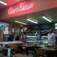Foto tirada no(a) Confeitaria Carolana por Marcelo L. em 3/5/2013