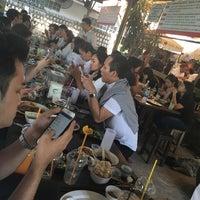 Photo taken at ก๋วยเตี๋ยวเรือนายหงอก บ้านสวน by Palm L. on 1/25/2017