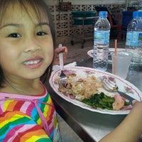 Photo taken at ก๊กโภชนา กำแพงแสน by Moo P. on 12/29/2012