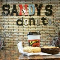 Foto scattata a Sandy's Donuts da Christopher S. il 1/28/2015