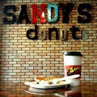 Foto scattata a Sandy's Donuts da Christopher S. il 4/27/2015