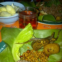 Photo taken at Nasi timbel istiqomah Ciliwung by Hapsari W. on 6/29/2013