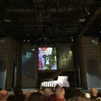 Foto tirada no(a) The Gateway Theatre por Kimberly H. em 12/10/2017