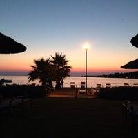 Foto tirada no(a) Luna Beach Bar por Irina C. em 7/14/2015