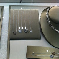 Photo prise au Tiffany & Co. par Karla B. le4/14/2013