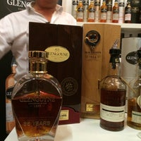 Photo taken at The Whisky Exchange by Los Sabores de Mexico on 10/5/2014